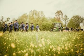 Maibaum aufstellen Lamprechtshausen (Foto: Michael Herzog)